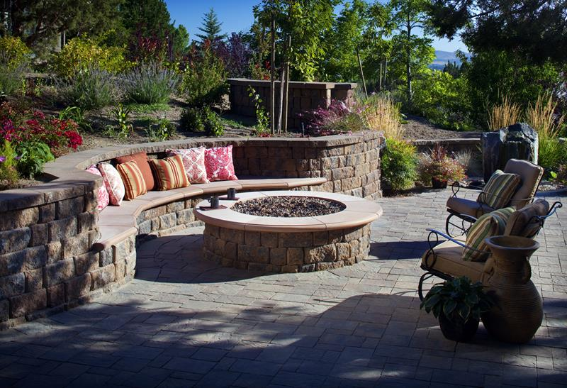17 Amazing Backyard Fire Pits to Gather Around-4