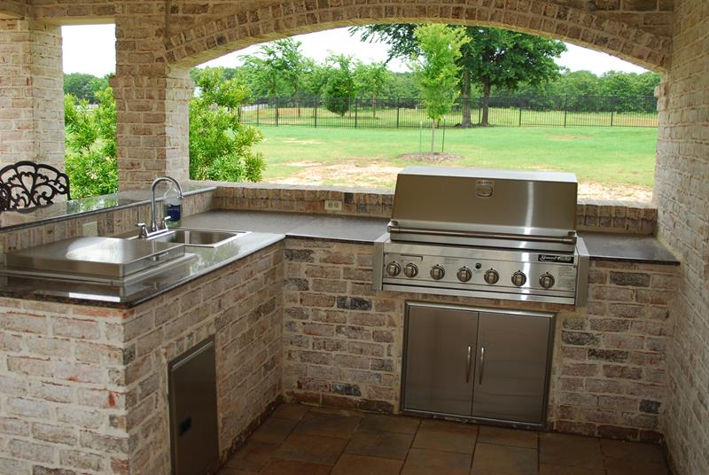 25 Outdoor Kitchen Designs That Will Light Up Your Grill-2