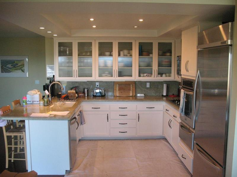 24 Pictures of Kitchens with Glass Cabinets-13