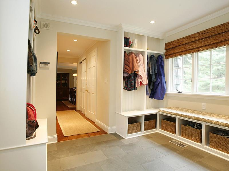 22 Attractive and Functional Mudroom Designs-1