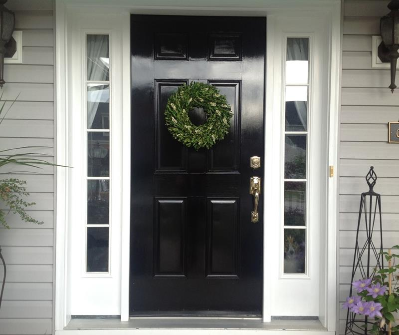 22 Pictures of Homes With Black Front Doors-1