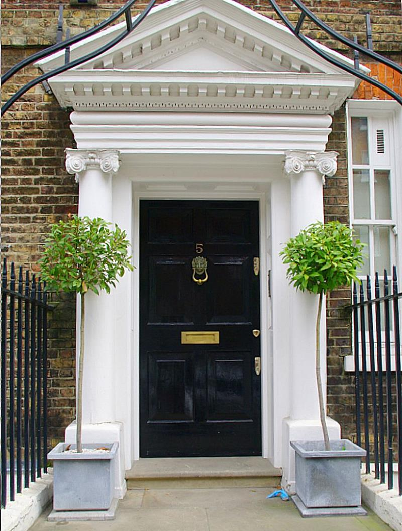 22 Pictures of Homes With Black Front Doors-3