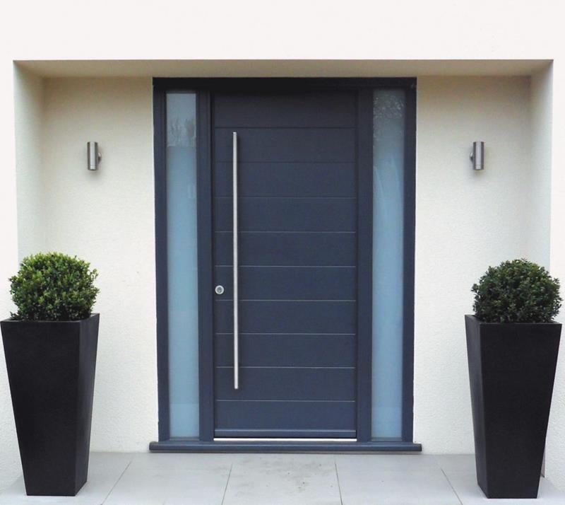 22 Pictures of Homes With Black Front Doors-5
