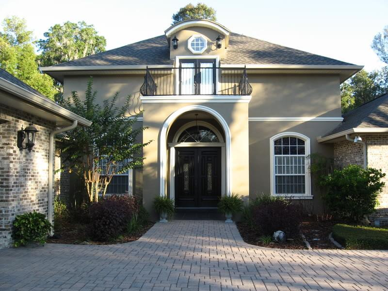 22 Pictures of Homes With Black Front Doors-title