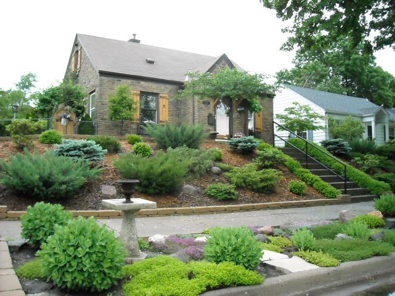 23 Pictures of Beautifully Landscaped Front Yards-9