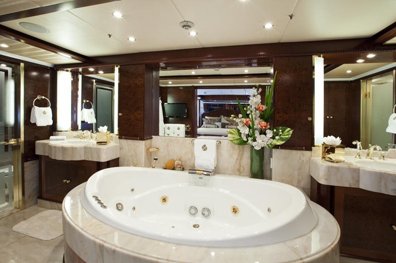26 Beautiful Wood Master Bathroom Designs-13