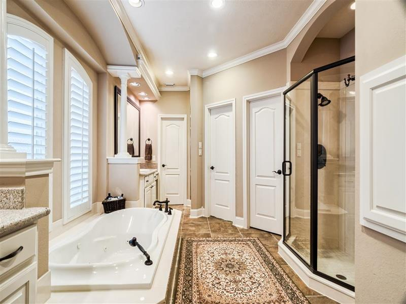 24 Beautiful Master Bathrooms-24