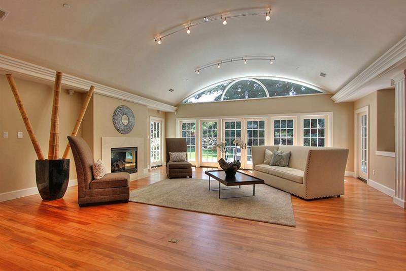 24 Living Rooms With Vaulted Ceilings-16