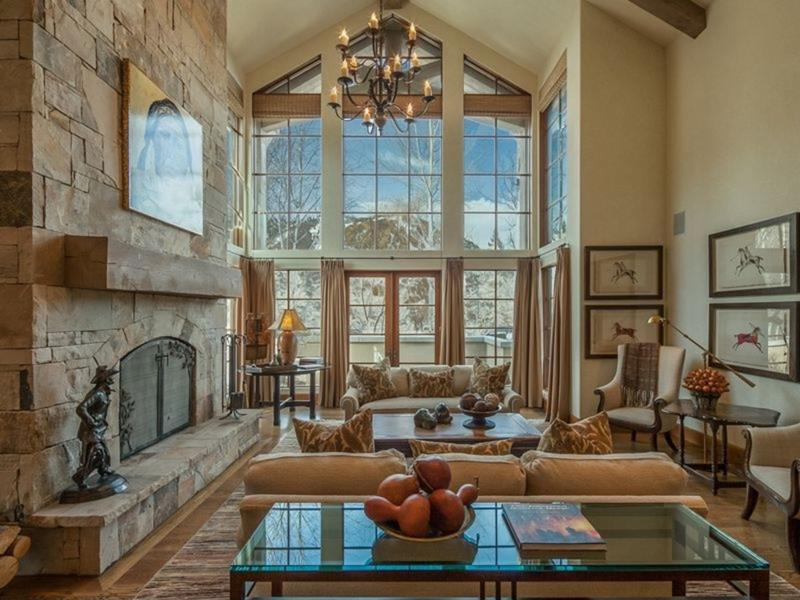 24 Living Rooms With Vaulted Ceilings-17