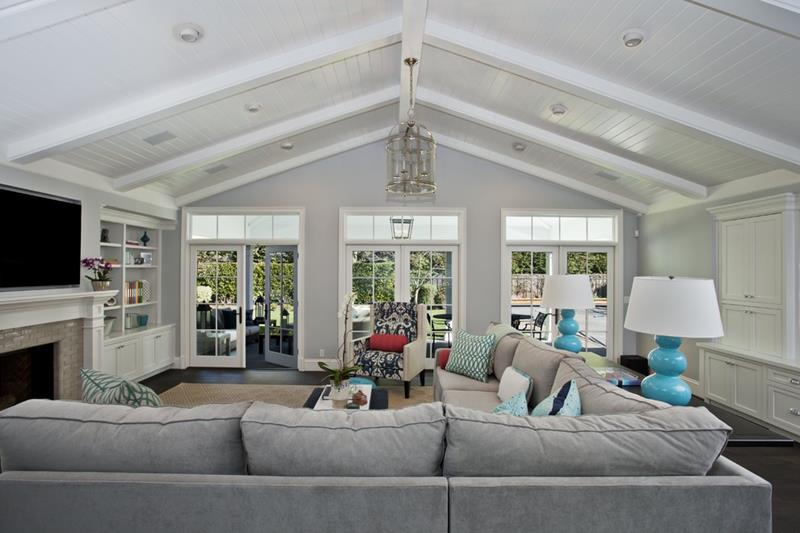 24 Living Rooms With Vaulted Ceilings-20