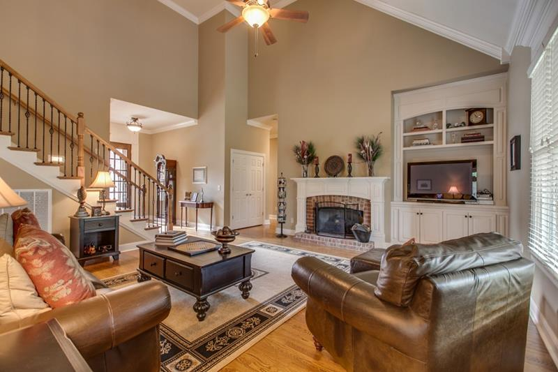 image named 24 Living Rooms With Vaulted Ceilings title