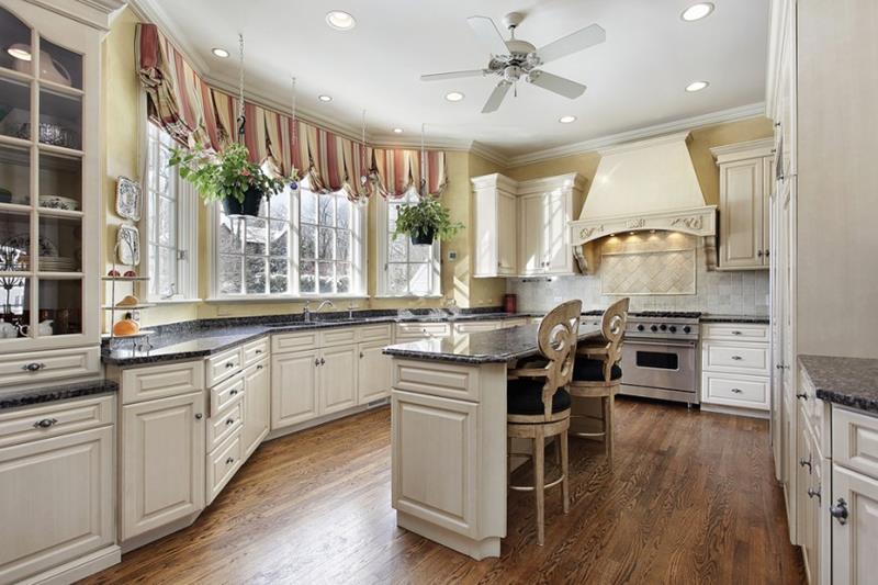 25 Elegant Kitchens with Hardwood Floors-3