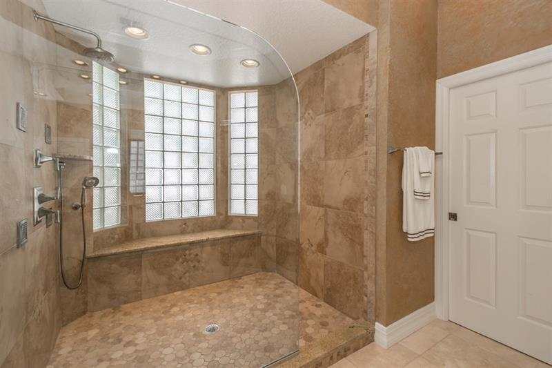 25 Luxury Walk In Showers-9