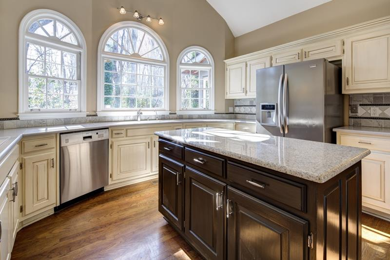 24 Kitchens with Jaw Dropping Cathedral Ceilings-18