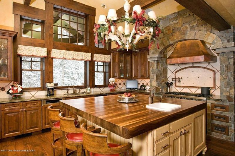 24 Kitchens with Jaw Dropping Cathedral Ceilings-4