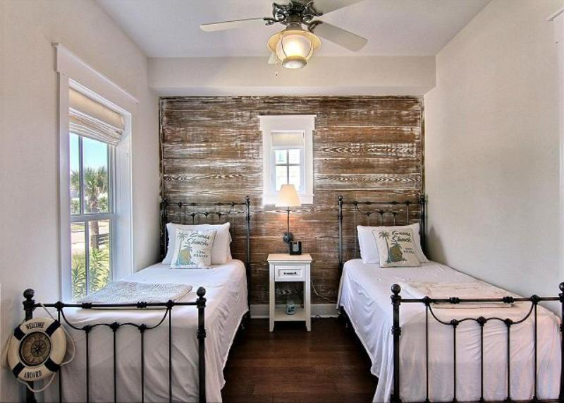 25 Beautiful Bedrooms with Accent Walls-7