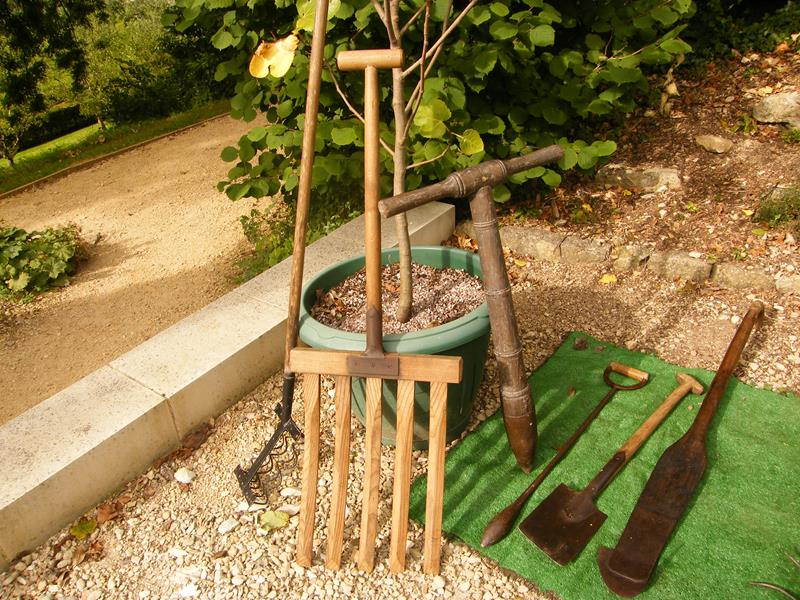 16 Amazing Ideas for Using Antiques in Your Garden-title