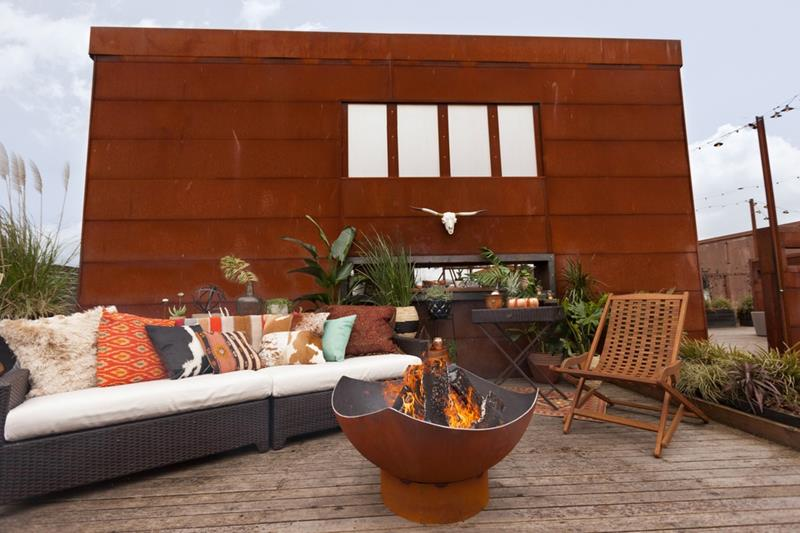 24 Backyard Fire Pits Perfect for Summer-title