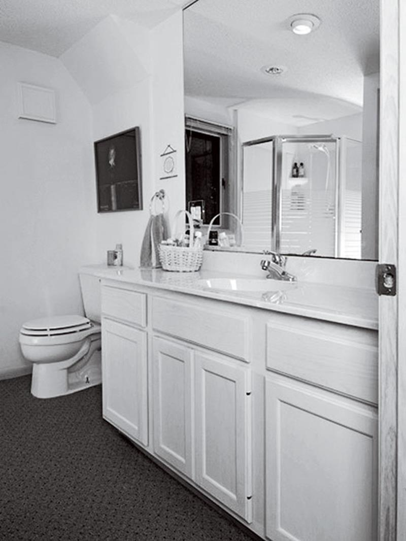 10 Amazing Before and Afters of Bathroom Remodels-1