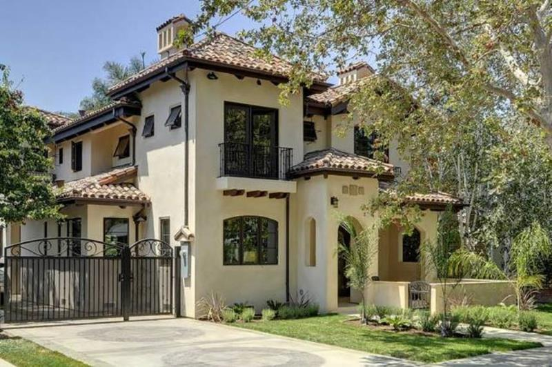 image named 20 Stunning Traditional Exterior Design Ideas 2