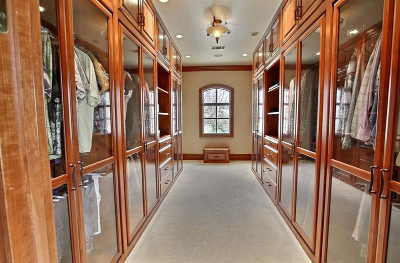 image named 20 Walk In Closets that Will Make Your Jaw Drop 151