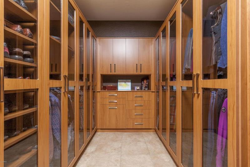 image named 20 Walk In Closets that Will Make Your Jaw Drop 161