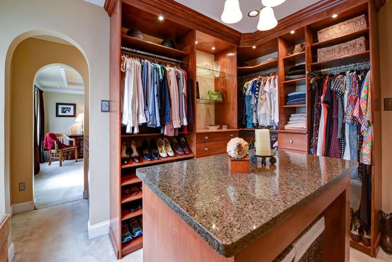 image named 20 Walk In Closets that Will Make Your Jaw Drop 191