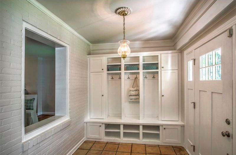 image named 20 Beautiful and Functional Mudroom Designs 2